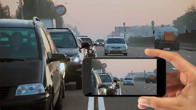 Пешеход делает фото нарушителя