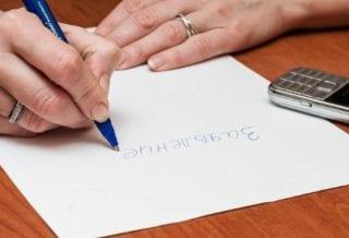 Пишет заявление