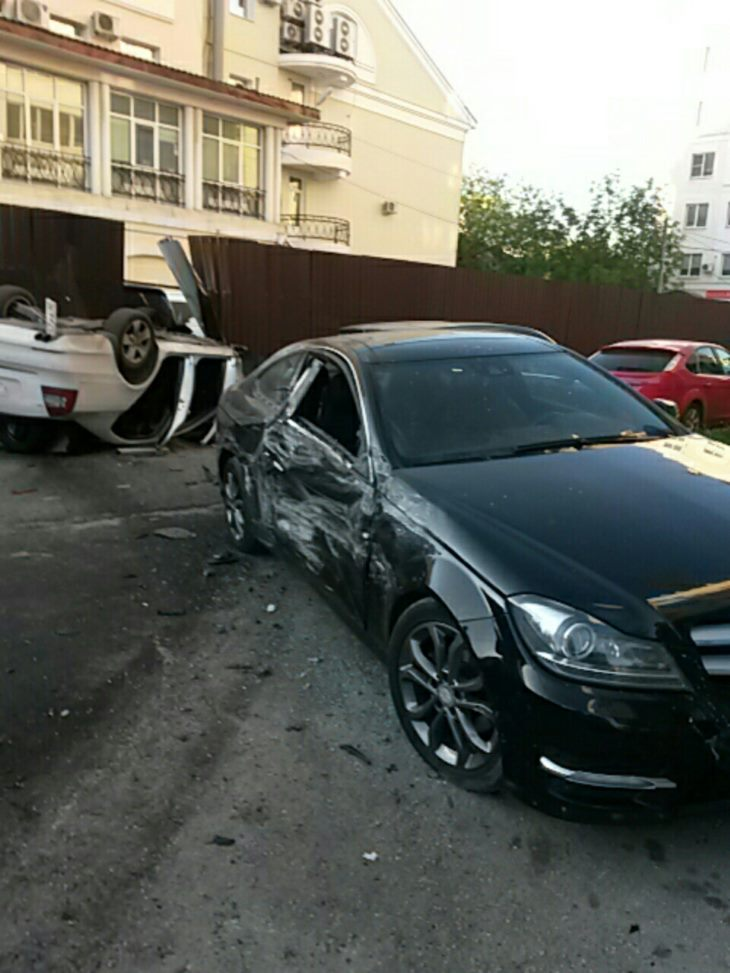 Во дворе на улице Труда в Калуге перевернулась иномарка