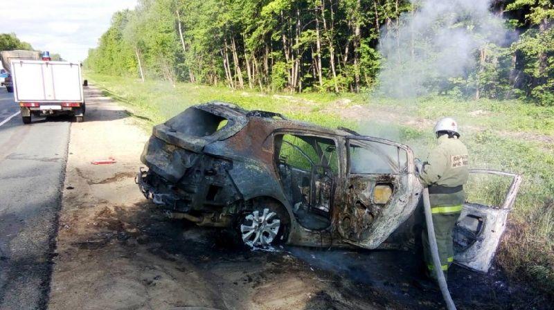 В Жуковском районе загорелся КИА после столкновения с фурой
