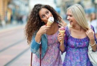 Едят мороженное