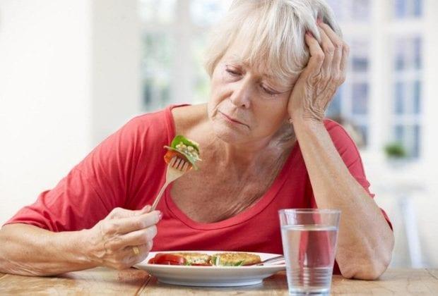 Пожилая женщина с едой